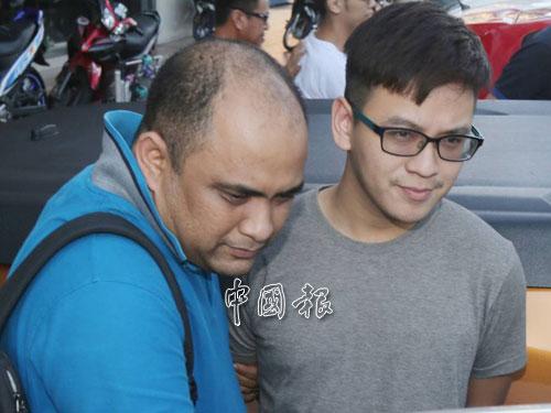 上警車前,李宗聖沒有特別閃避鏡頭,神色自若。