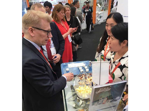 芬蘭環境部部長基莫地利凱在活動現場介紹芬蘭食品。圖:中國《新浪網》