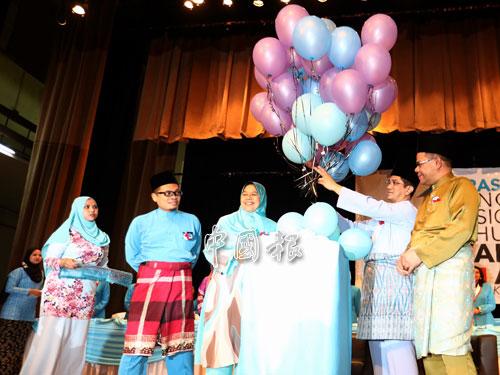 阿茲敏阿里(右2)為公青團及婦女組代表大會主持開幕儀式。右起為賽夫丁、祖萊達及聶納茲米。