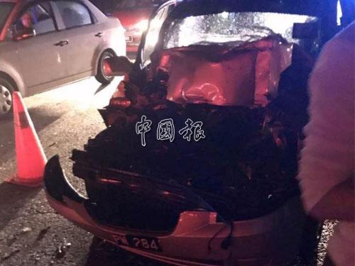 黃建森駕駛的VIVA轎車猛撞拖格羅厘後部車頭嚴重毀壞。