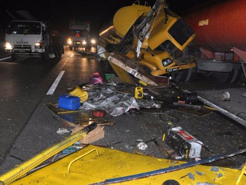 司機陳和平駕駛的拖格羅厘,猛撞停在大道旁的拖格羅厘後部,車頭毀不成形。