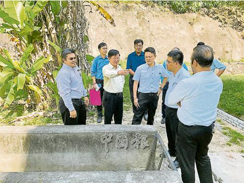 扎希(左起)、曹觀友、楊順興、黃漢偉和藍卡巴星等人,了解Sri Impian公寓后蓄水池情況。