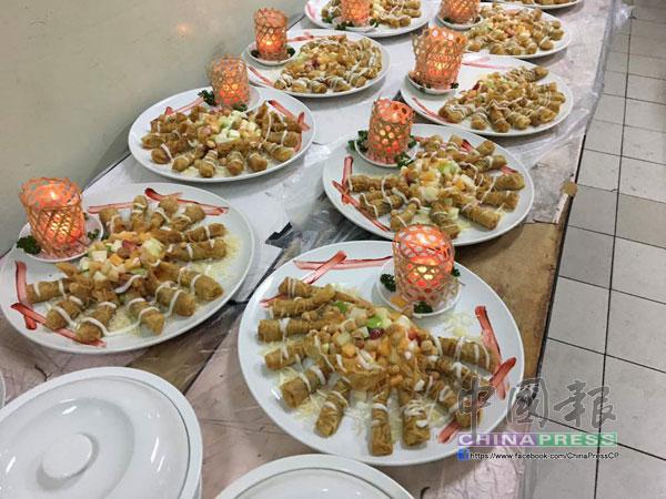 宴會現場超過30張空桌,多餘的菜餚就被放置在廚房角落。