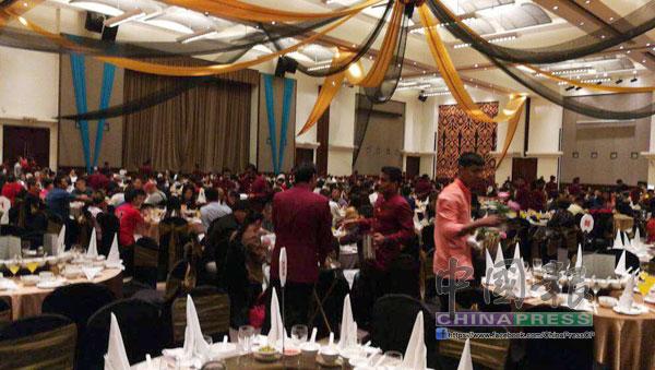 宴會場出席者少之又少,放眼望去都是服務生走動的背影。
