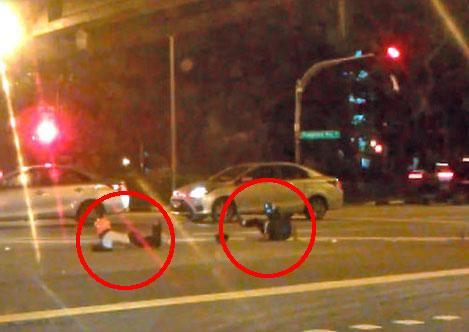 碰撞發生後,摩哆騎士和乘客(紅圈)癱坐在馬路中央。
