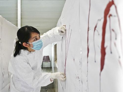 許碧珠會分析血跡噴濺痕,從中找出答案。(新加坡衛生科學局提供)