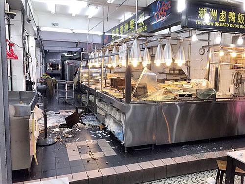 """實龍崗路上段的""""興隆潮州糜飯""""昨早被4名顧客用木椅砸店。"""