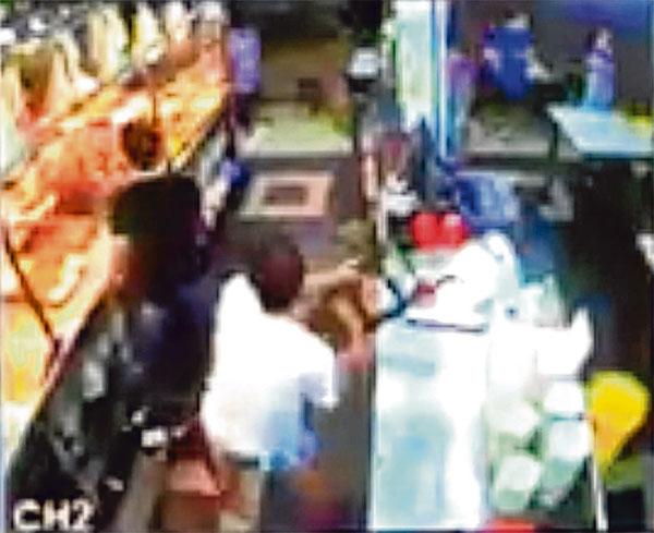 知名潮州粥店深夜被砸,老板怀疑是有人刻意滋事挑衅。