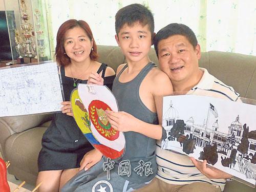 劉鎮寶(中)羞澀的依偎著父親劉福來(右)與母親陳雪芳,展示其作品。