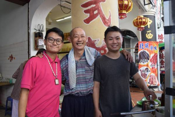 余述森(中)兩名兒子余顯豪(左起)和余顯祥,支持父親低價售賣雲吞面,幫助弱勢群體之餘,也回饋社會。
