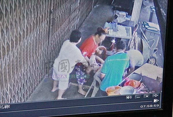 附近居民和商家紛紛前來施援,將死者扶到椅子上。