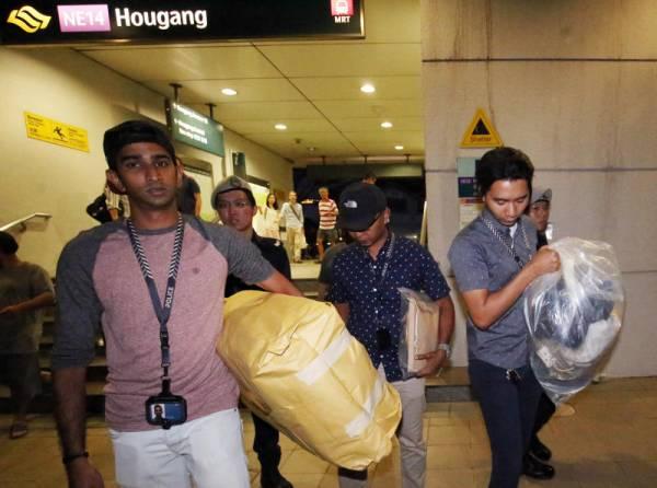 警方取走行李調查。(檔案照)