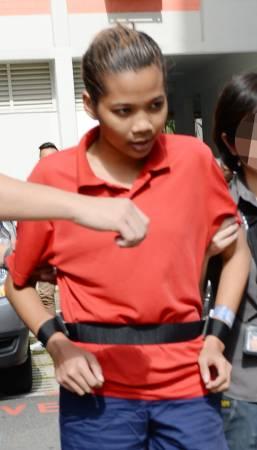馬尾金髮女被告雙手被綁在腰間,押回現場重組案情。