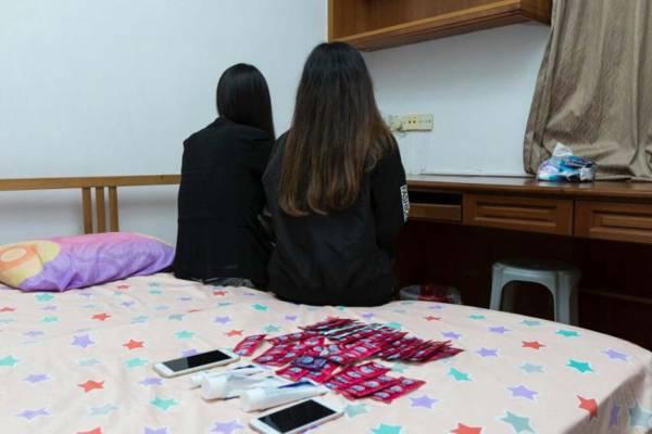 警方突擊檢查時,逮捕了兩名懷疑從事賣淫活動的女郎,起獲數十個保險套。(警方提供)