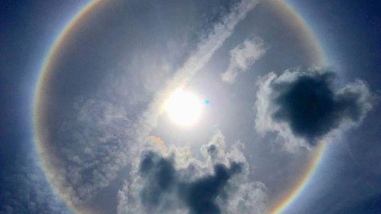 新加坡全島多個地點出現日暈(sun halo)。(照片:eatwithroy/Facebook)