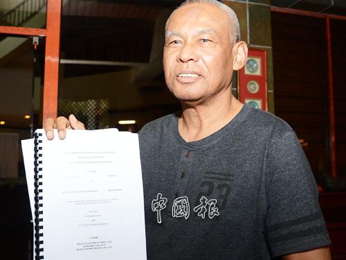 慕沙哈山  請用此說明 GN170610zatY13.JPG 慕沙哈山手持安華雞奸案訴狀,質疑安華屢次提出上訴的理由。