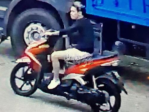 葉俊翔失蹤前,身穿黑色長袖衣及白色短褲,騎摩哆往哥哥的員工宿舍方向駛去,途中被閉路電視拍下。