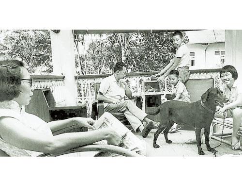 1963年5月,李光耀(中)和夫人柯玉芝(左),以及3個孩子,李瑋玲(右)、李顯揚(坐者)和李顯龍,在歐思禮路38號大宅陽台上享受家庭時光。(檔案照)
