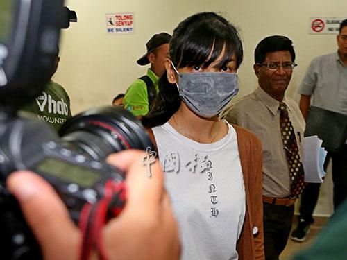 22岁女司机沈可婷在家人和代表律师陪同下,到新山交通法庭出庭。