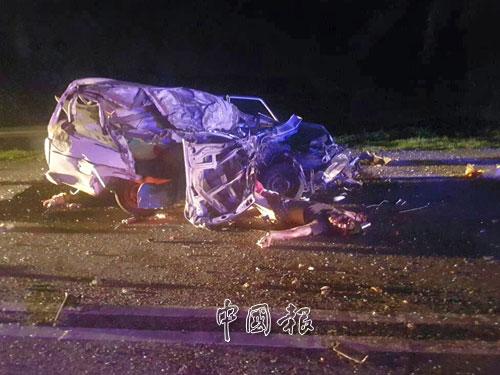 轎車毀不成形,司機被拋出車外當場慘死。