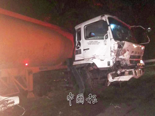 油槽車車頭局部損毀,司機受輕傷。
