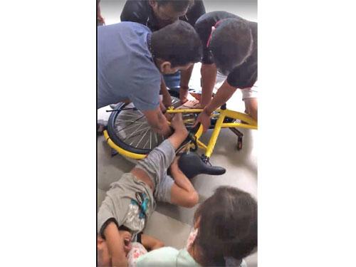 男童的左腿卡在鐵條之間,公眾紛紛上前援救。(受訪者提供)