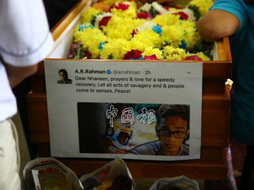 家屬把國家知名印裔作曲家AR拉曼關心納溫的推文,制成海報貼在棺木前。