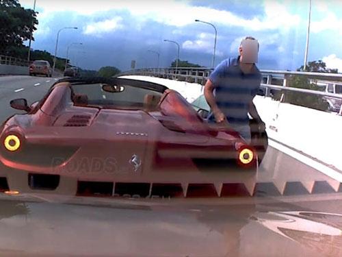 洋司机在立交桥上停下法拉利,下车找轿车司机对峙。