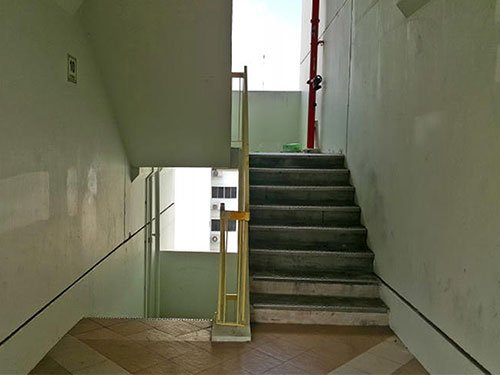 10楼的楼梯口仍可见白漆盖过的痕迹。