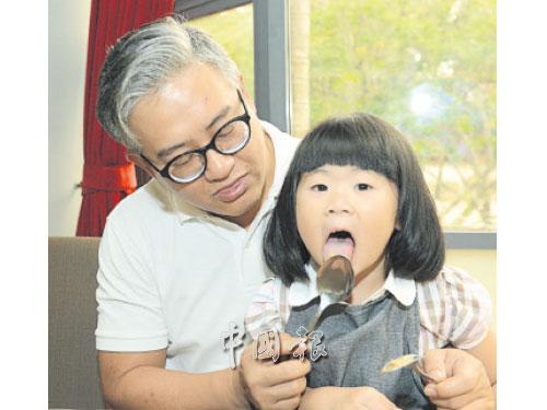 """女兒晉彤是""""吃貨"""",經常舔湯匙,仿彿連渣滓也不願錯過。"""