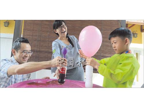 父子對決──兩父子玩得不亦樂乎,在媽媽的協助之下,最后兩父子各別以糖果和汽水、白醋和蘇打粉為氣球充氣。結果是孩子的白醋和蘇打粉贏了!