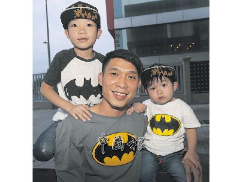 父子仨穿上超級英雄的衣服,相常帥氣。