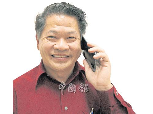 陳長鋒接受朋友祝賀,一臉笑容。