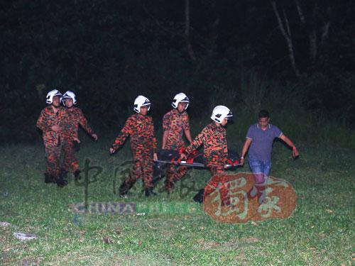 消拯員將屍體撈上岸后交由警方處理。