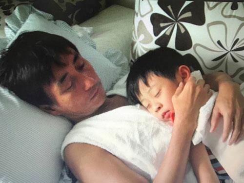 年輕時的吳岱融抱著兒子的合照。