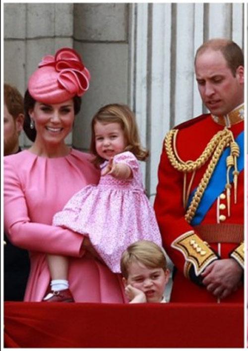喬治小王子在典禮進行時,感覺沉悶。