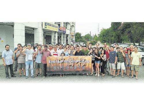高淵禮園40多位居民細雨中拉橫幅,抗議鄰近的工廠排放毒廢氣。