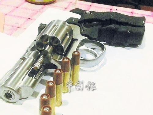 """警方起獲華裔""""阿窿""""男子的短槍和子彈。"""