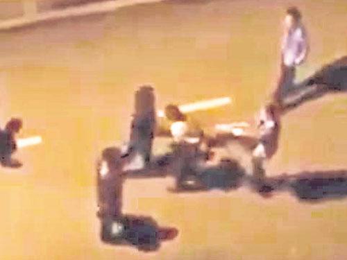 幾名學生被指示在馬路上翻滾,學生只能唯命是從。