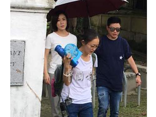 佘詩曼(左)完成墳場的拍攝工作后,隨劇組人員離開。