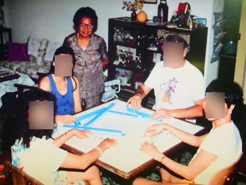 到國外探訪女兒時還不忘與她們打牌,甚至充當導師,傳授洋女婿和孫子打牌技術。(受訪者提供)