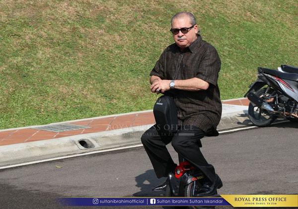 殿下童心未泯,一臉酷酷地騎著電動單輪車。