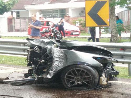 一輛本田雅閣轎車在撞到大樹后,車頭斷在道路上。(圖截取自面子書)