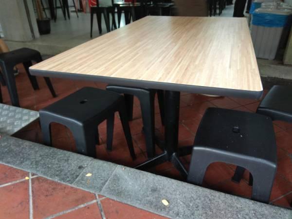 死者和友人咖啡店外的桌子聊天。
