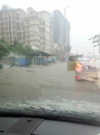 昨天中午淡濱尼路突發性淹水,車輛被困水中。