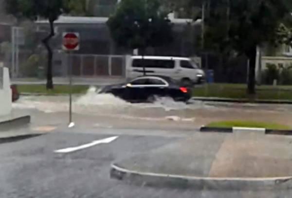 有車輛迎著風雨,涉水急行而過,激起層層水花。(圖/視頻截圖)