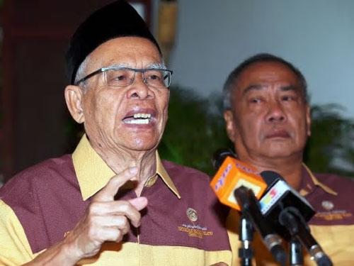 拉曼尤努斯(左)週一召開記者會,呼吁非政府組織一起捍衛馬來文的聯邦憲法地位。(圖摘自《每日新聞》網)