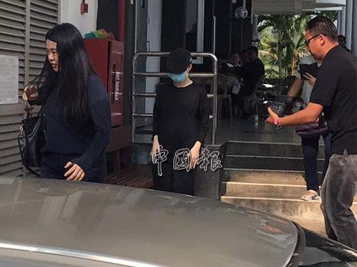 被告黃佩雯和母親離開法庭。