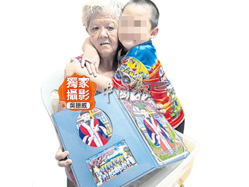 文帶好(左)一手帶大孫子丘家順,婆孫感情十分要好。