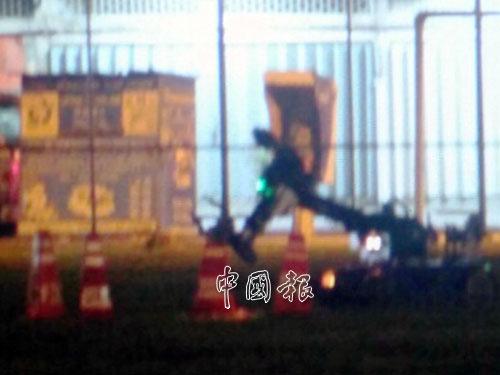 """拆彈專家出動""""特奪""""(Teodor)的機器人引爆炸彈。"""